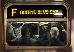 Pasajeros del tren F andan confundidos por anuncios errados