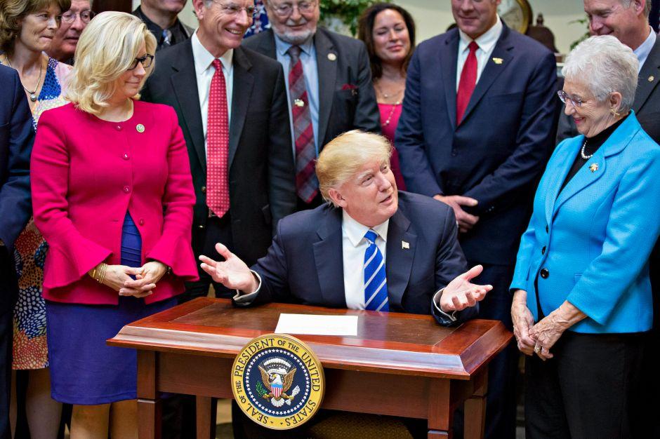 Trump revoca una ley de protecciones laborales