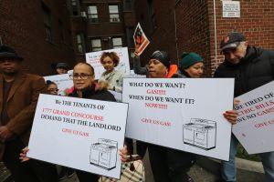Inquilinos demandan a casero tras 10 meses sin gas en El Bronx