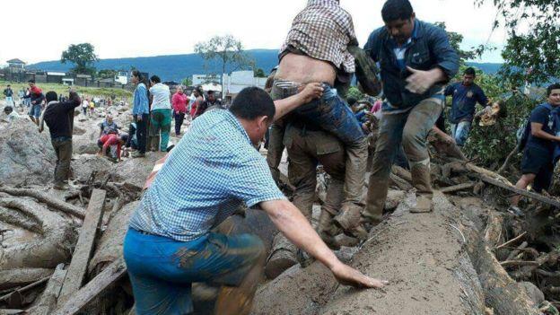 Videos: Al menos 112 muertos y 200 desaparecidos por un deslave en el sur Colombia