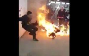 Video: Inmigrante desesperado se quema vivo porque no le conceden solicitud de asilo