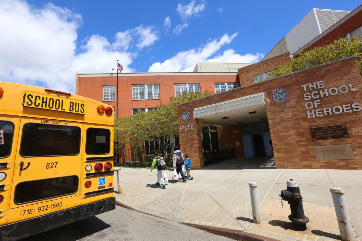 Aulas de Nueva York no abrirán por el resto del año escolar y 6 mil indigentes irán a hoteles, anunció alcalde