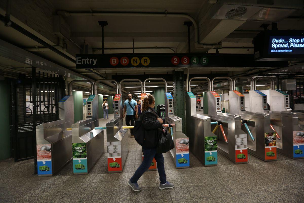 Proponen avergonzar en público a evasores de tarifas del Subway