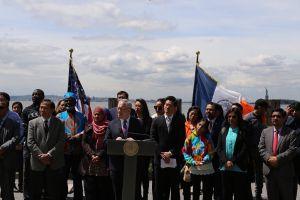 Contralor propone fondo para ayudar a inmigrantes a hacerse ciudadanos