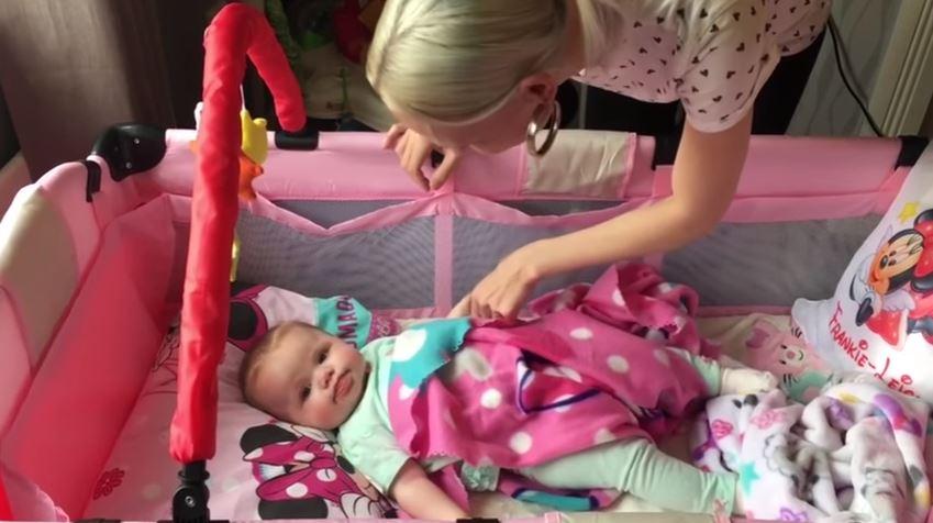 Un detalle en las fotos de esta bebé reveló su horrible enfermedad