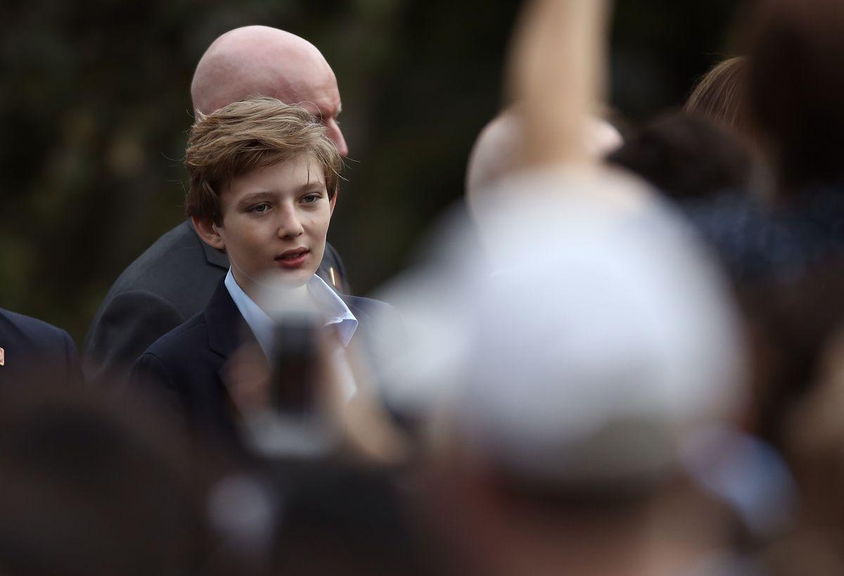 Barron Trump se espanta por controversial foto sobre su padre
