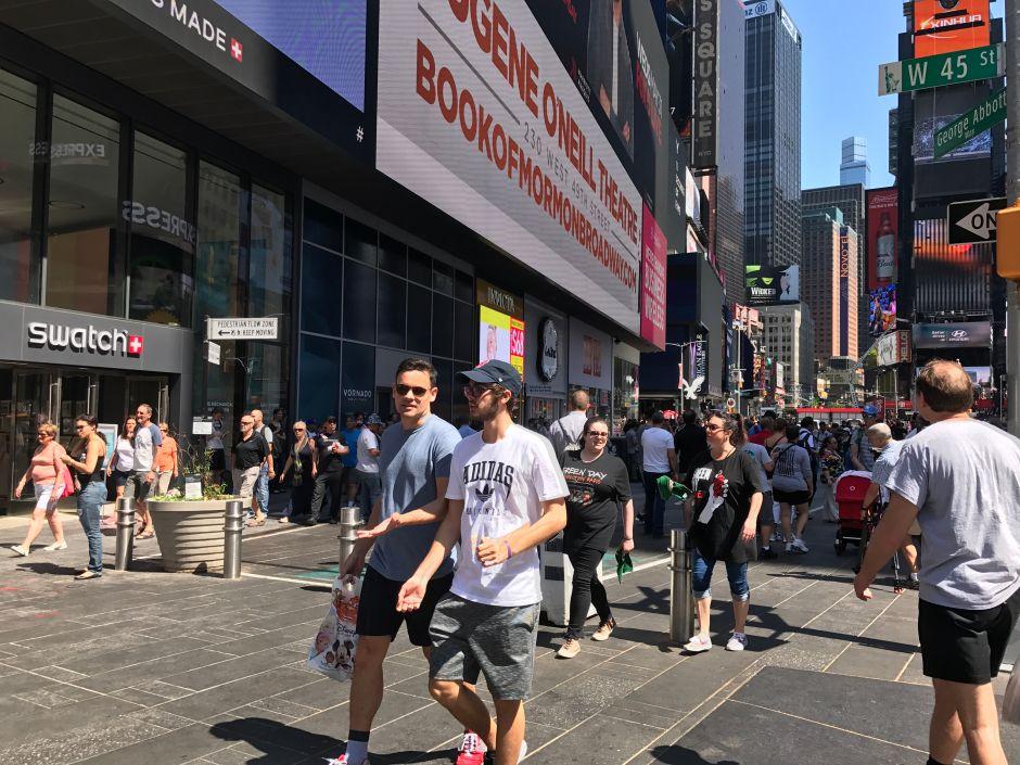 Neoyorquinos caminan más rápido que el promedio mundial y superan buses en Midtown