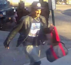 """Video: Buscan a """"tocón"""" que manosea a pasajeras en el tren Q"""