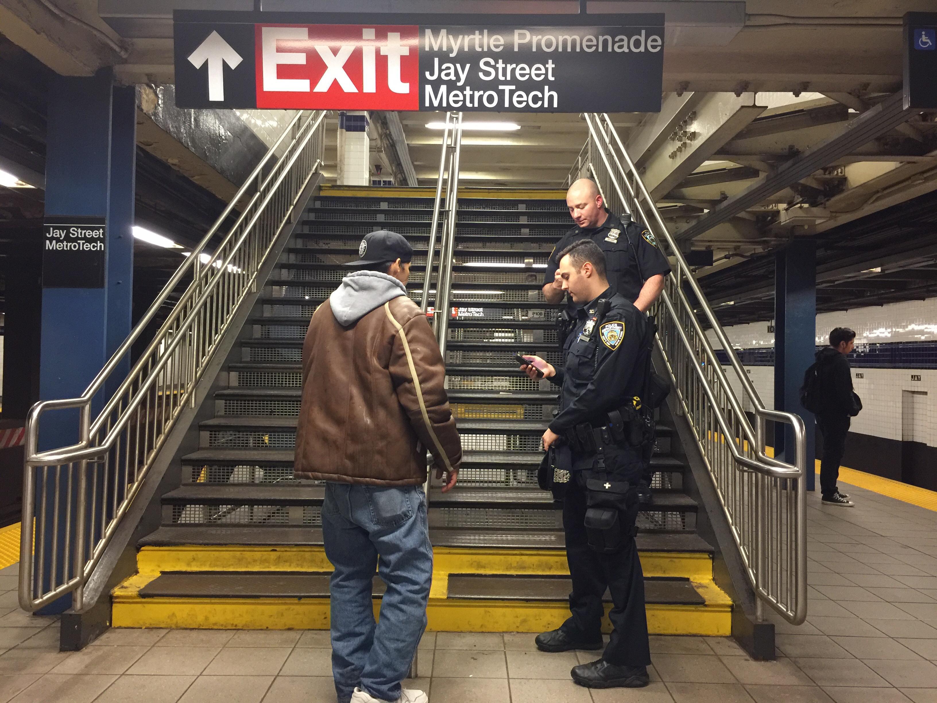Hallan dos cadáveres apuñalados en el Metro de Nueva York en un lapso de dos horas; posible asesino en serie