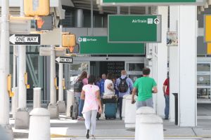 Condenan a latino por estafas laborales en aeropuerto JFK