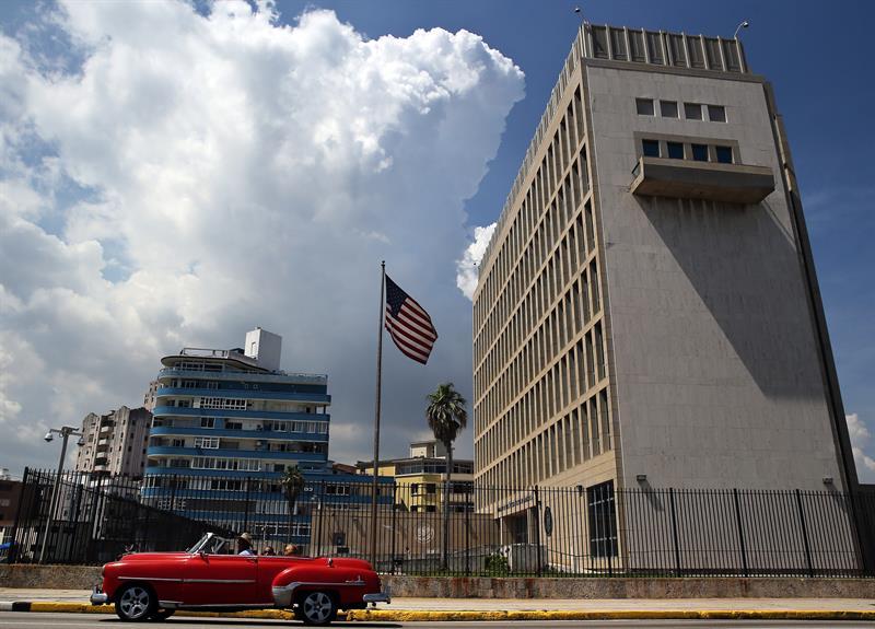 Un auto clásico pasa enfrente de la embajada estadounidense hoy, viernes 16 de junio de 2017, en La Habana (Cuba).