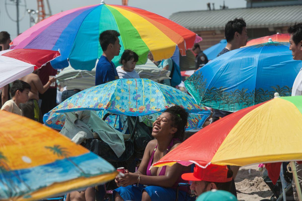 Paraguas de playa llevado por el viento se clava en pierna de turista en Nueva Jersey