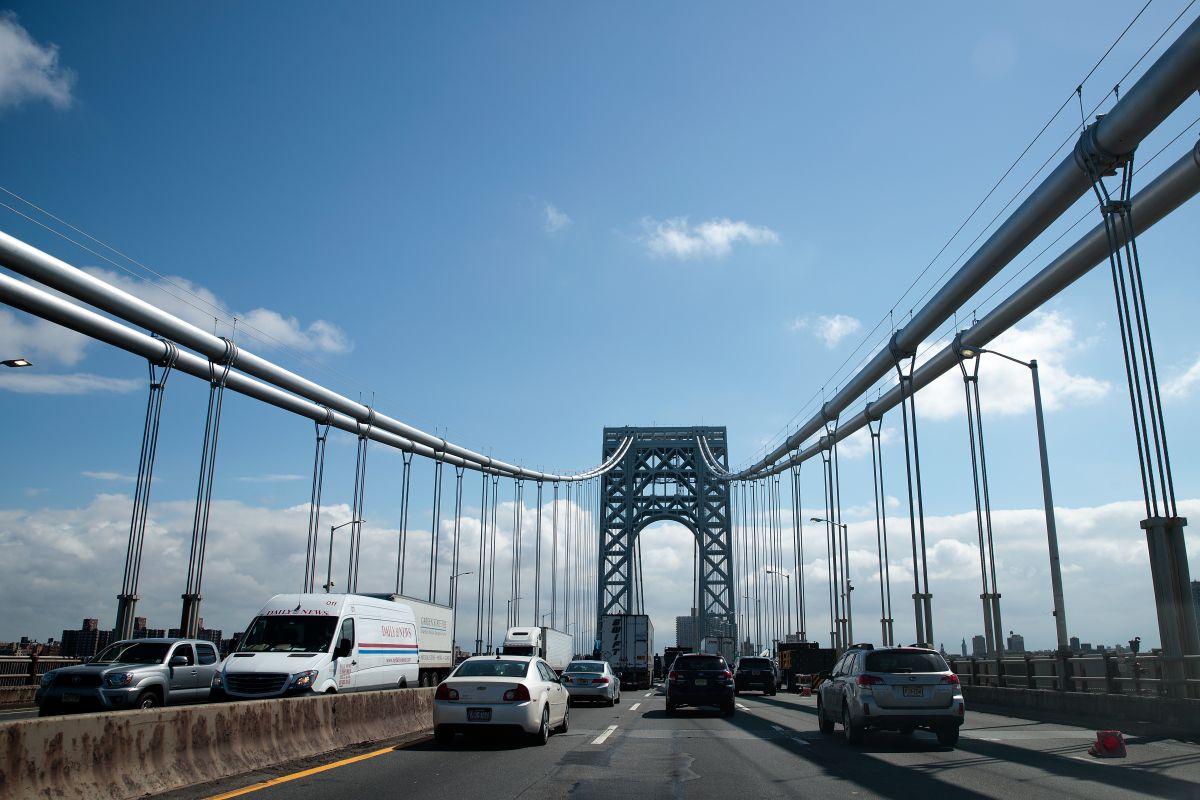Dos muertos y cierre parcial del puente Washington en Manhattan por volcamiento