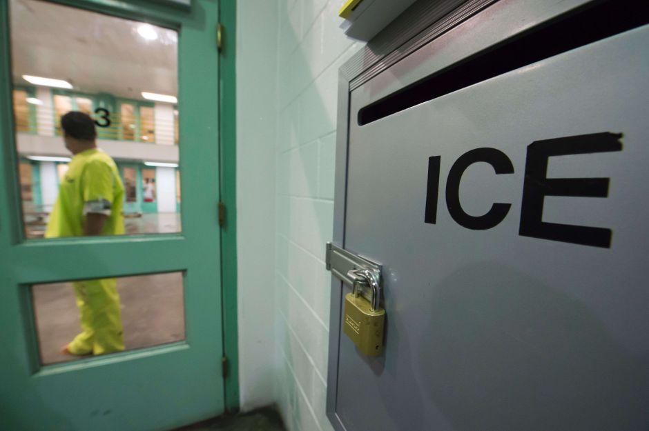 """Los inmigrantes que ICE encierra en condiciones similares a las de """"El Chapo"""""""
