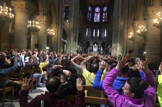 Hombre intenta atacar a martillazos a policías en catedral de Notre Dame