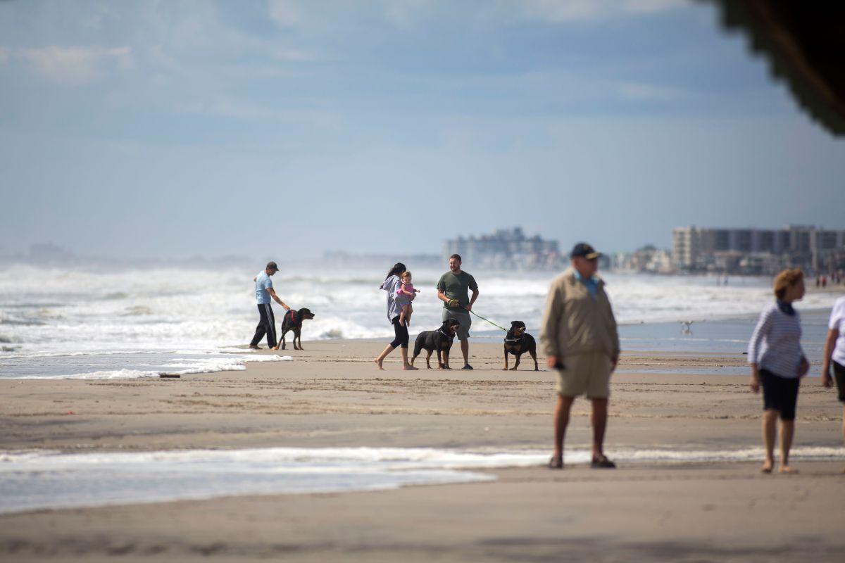 """Caótico pasadía de """"Labor Day"""" en playa de New Jersey: menor apuñala a dos hombres por una mujer"""