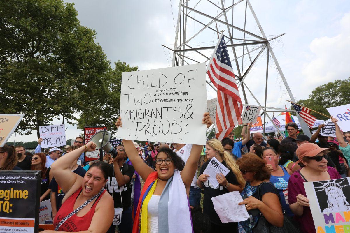 Con protesta inmigrantes rechazan visita de Trump a Long Island