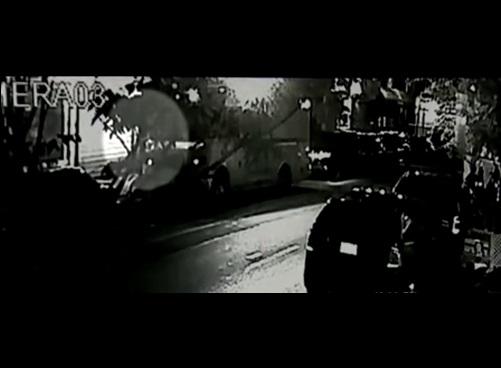 NYPD examina el video de una cámara de seguridad para tratar de esclarecer el móvil del crimen.