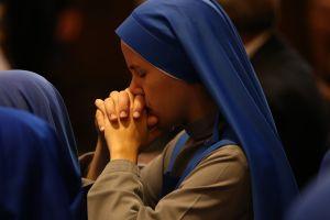 Monja hispana amenazada de muerte mientras rezaba en Brooklyn