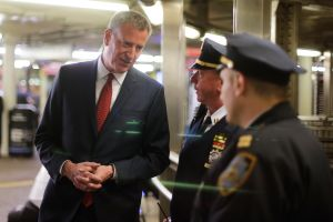 Apuñalaron a pasajero en la cabeza en Times Sq, estación del Metro de Nueva York con comisaría NYPD