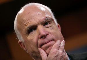 ¿Por qué McCain votó contra revocación 'light' de Obamacare?