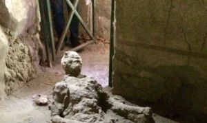"""La foto de este hombre que murió en Pompeya """"calentó"""" las redes"""