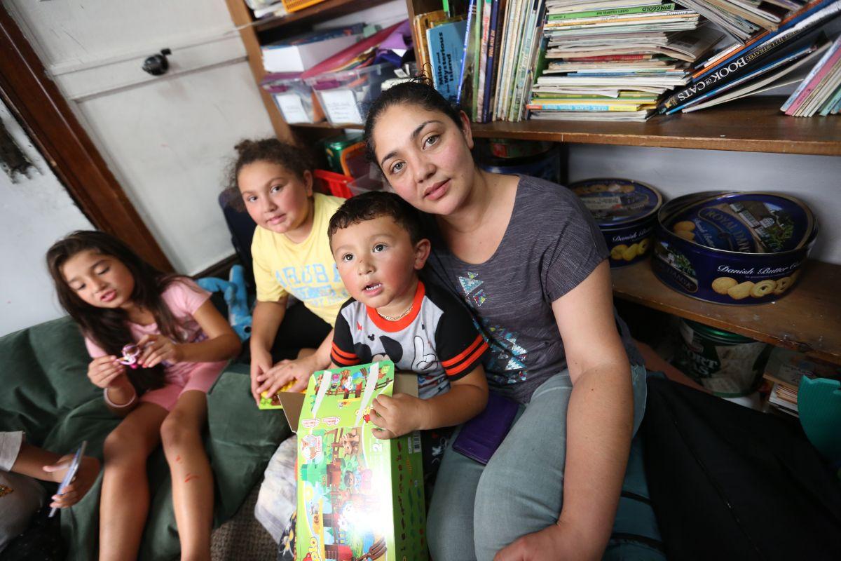 Guatemalteca Amanda Morales Guerra, 33, con sus hijos, Dulce Caravajal, 10, Daniela, 7 y David de 2 y medio, estan en la Iglesia Holyrood de Washington Heights. Amanda se enfrenta a deportacion pero sus hijos son ciudadanos americanos.