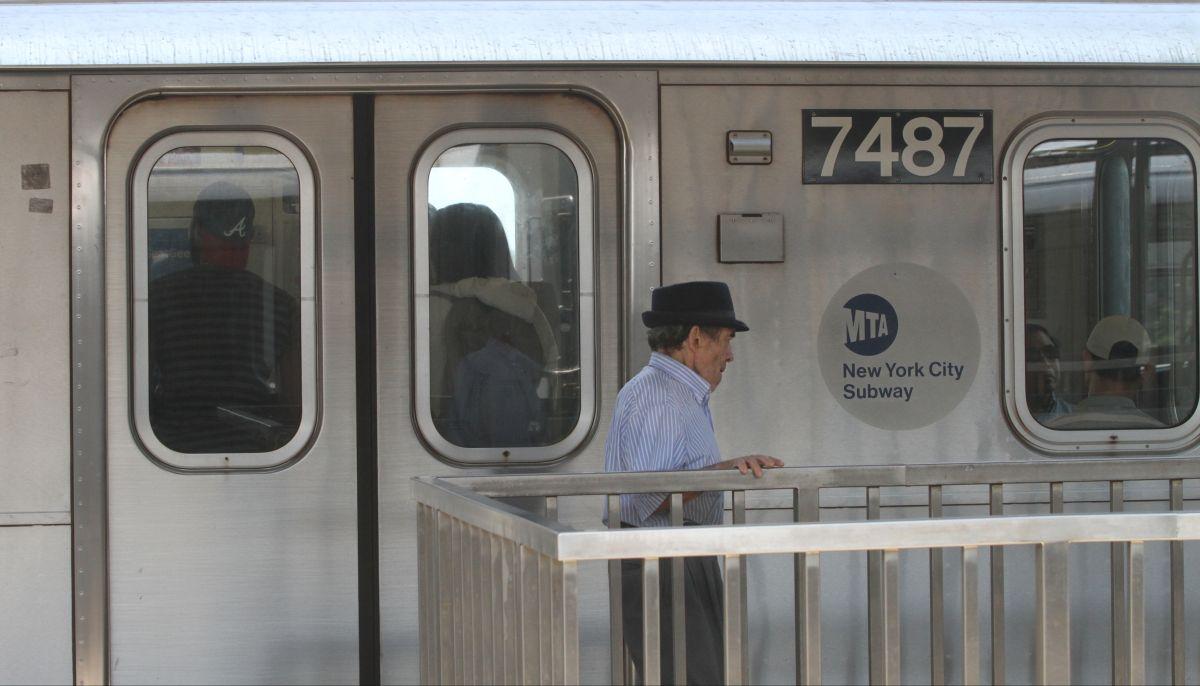 Muere hombre al saltar frente a tren D en Brooklyn