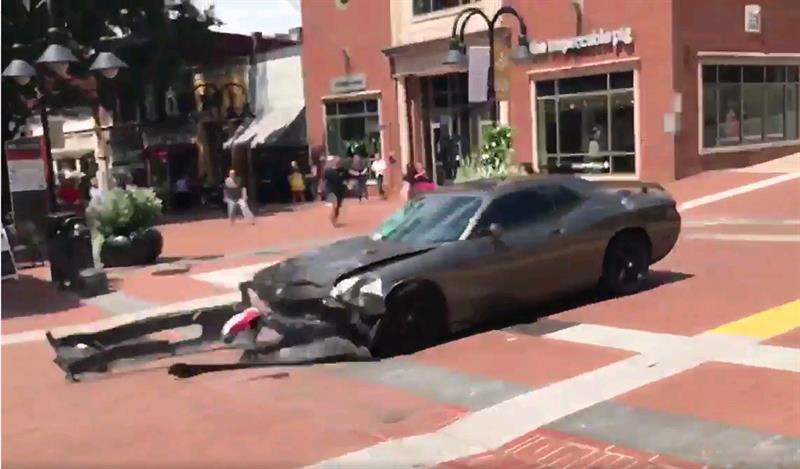 VIDEO: Un muerto y al menos 19 heridos por atropello tras marcha supremacista blanca en Virginia