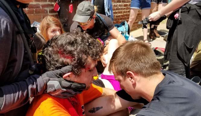 Fotos y videos: Declaran emergencia por enfrentamientos en marcha pro blancos en Virginia
