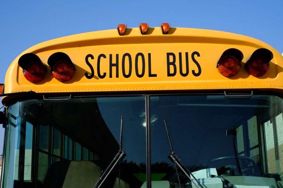 Mamá exige $7 millones a empresa de buses escolares por dejar a su hija en parada equivocada