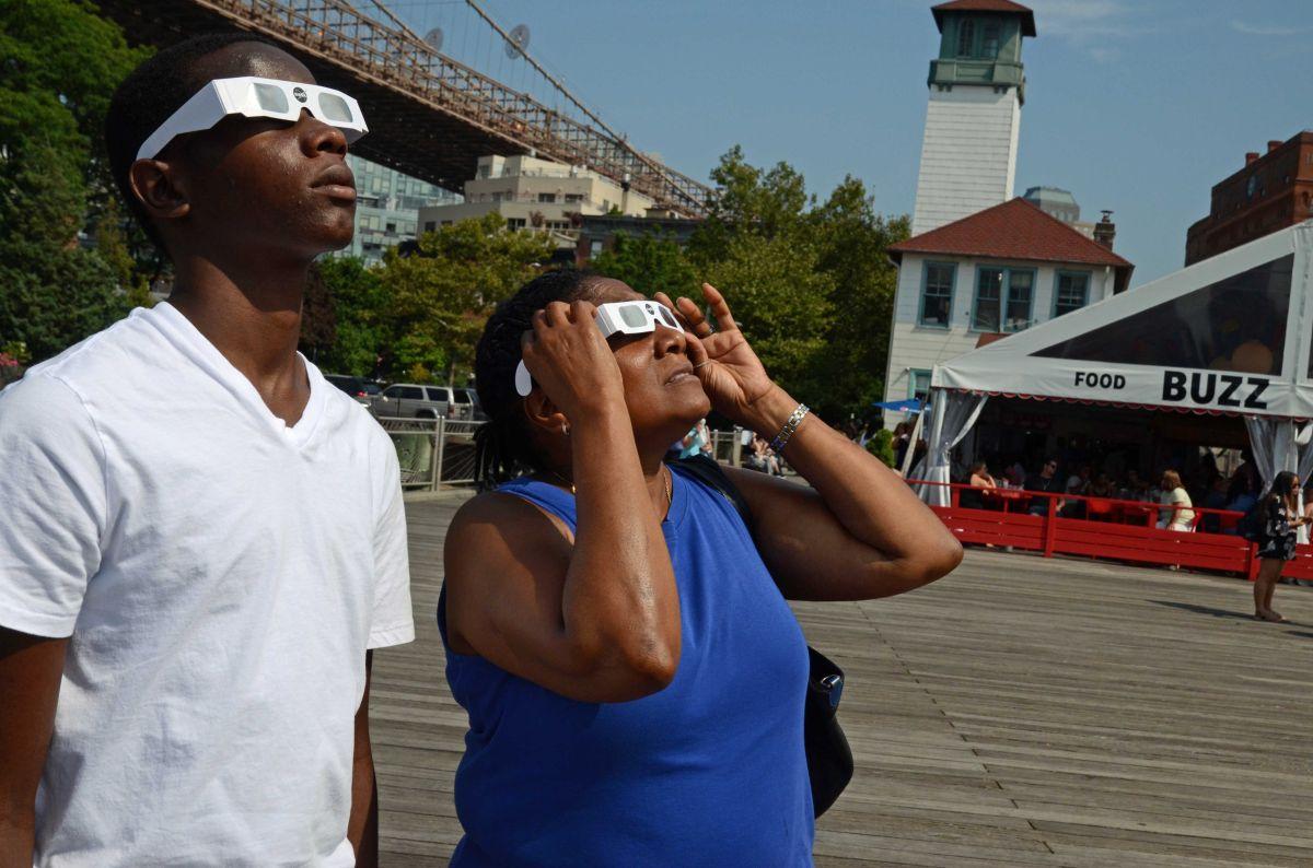 La zona debajo del Puente de Brooklyn fue una de las preferidas para ver el eclipse.