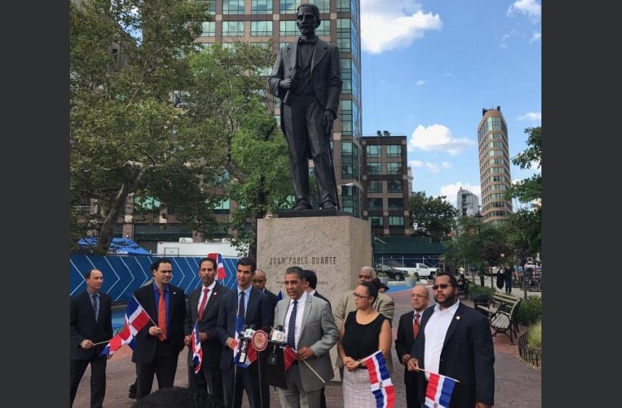 El congresista Espaillat al frente de la estatua de Duarte en el Bajo Manhattan.