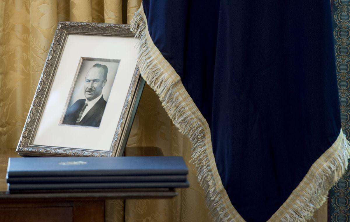 La foto del padre del presidente Trump en la Oficina Oval.