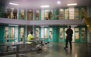 El estado de Nueva York estudia desinvertir en prisiones privadas