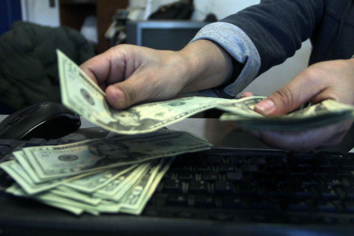 El dólar sigue hundiendo al peso mexicano