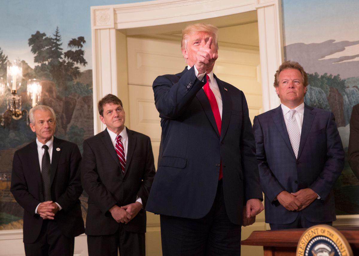El presidente Trump ya no aceptó cuestionamientos sobre su tardío rechazo a supremacistas blancos.
