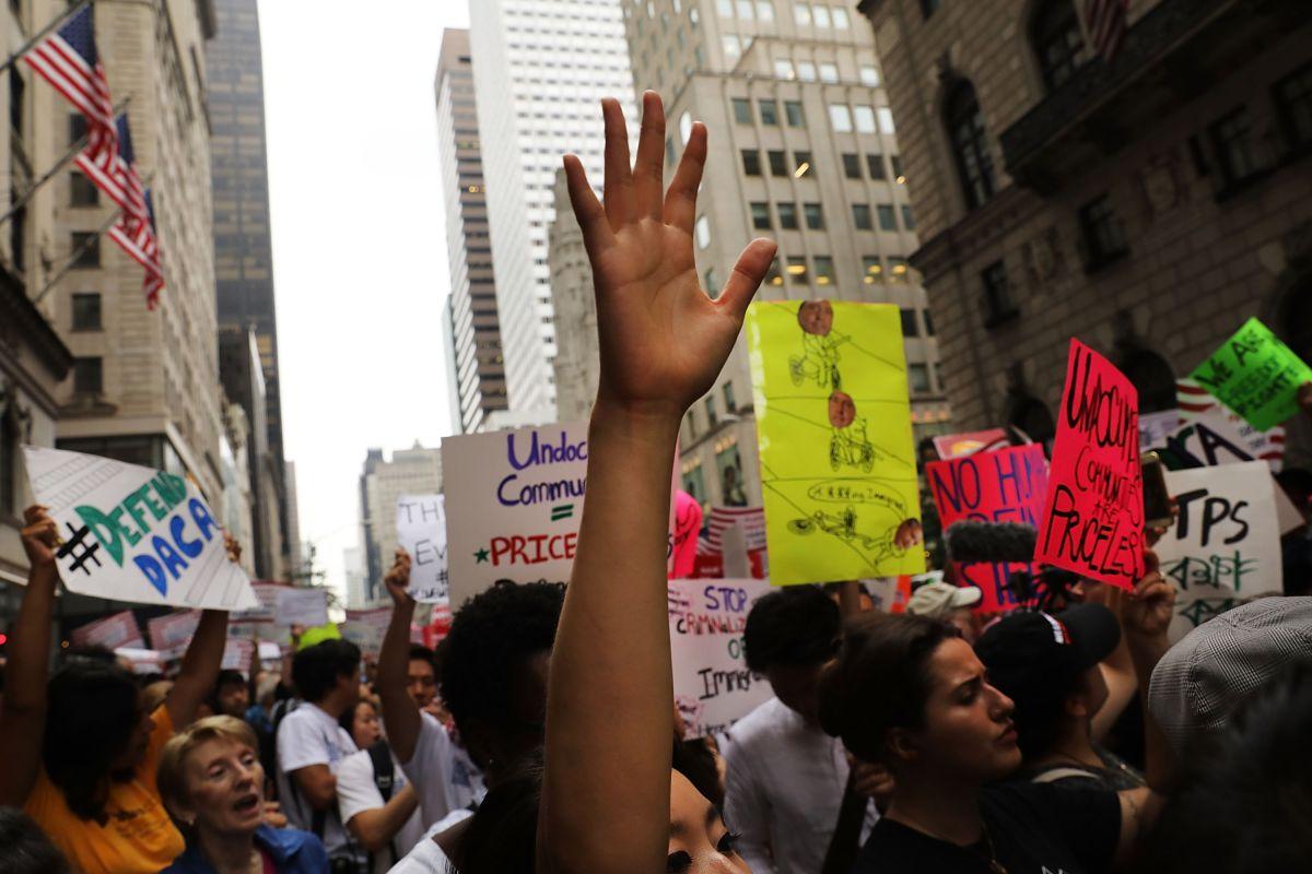 Miles de personas han participado en marchas para defender DACA.