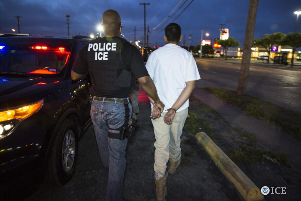Tanto ICE como el CBP han sido criticados por prácticas abusivas durante las operaciones de arrestos.