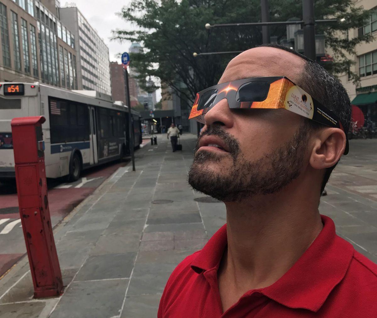Para proteger sus ojo, los expertos sugieren utilizar gafas de eclipse certificadas ISO12312-2, que son recomendadas por la Sociedad Astronómica Americana.