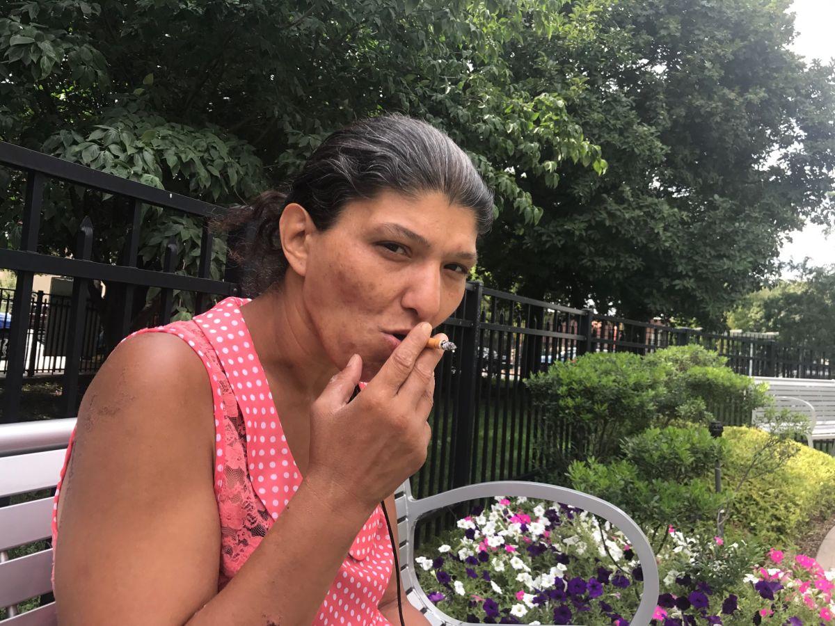 Teresa González, quien tiene más de 23 años fumando, asegura que no dejará de hacerlo aunque suba el precio de los cigarrillos.