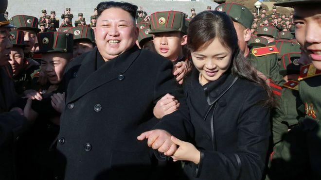 Se dice que Kim Jong-un y su esposa se convirtieron en padres por tercera vez (foto de marzo de 2017).
