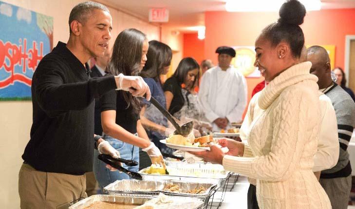 La foto en realidad fue tomada en el 2015 en medio de una cena para personas sin hogar en Washington.