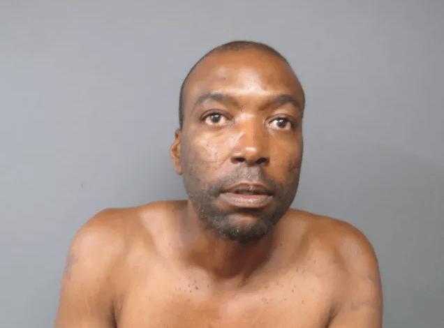 James King fue descubierto por la policía mientras limpiaba los platos sucios en una casa de New Jersey.