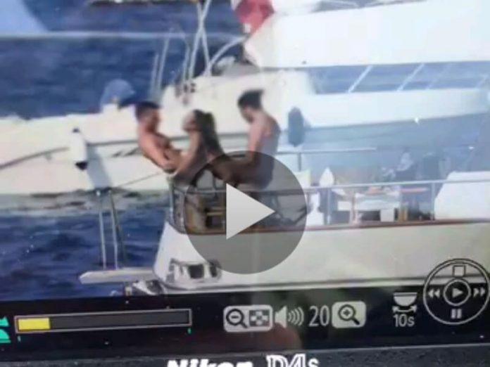 La escena fue grabada en la costa de Amalfi, cerca de Nápoles, Italia.