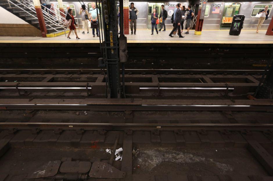 Subway de NYC se detiene a dos metros de hombre en los rieles