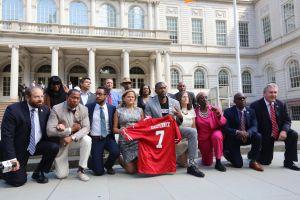 Miembros del Concejo Municipal se arrodillan para solidarizarse con NFL
