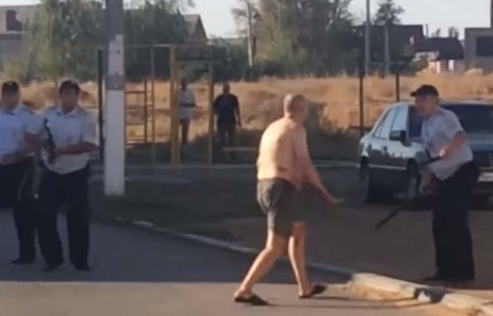 VIDEO: Decapitó a un bebé y cargó su cabeza por la calle