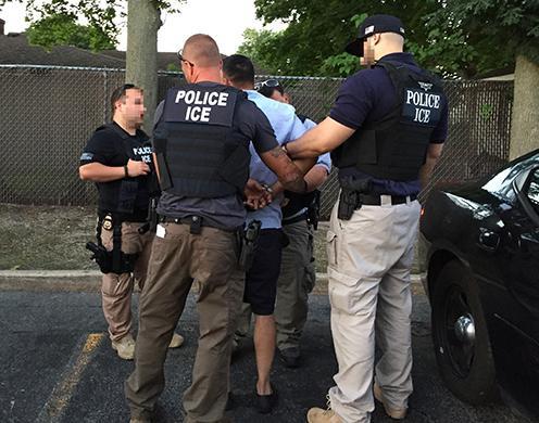 """Mega operativo de ICE en """"ciudades santuario"""" termina con cientos de inmigrantes detenidos"""