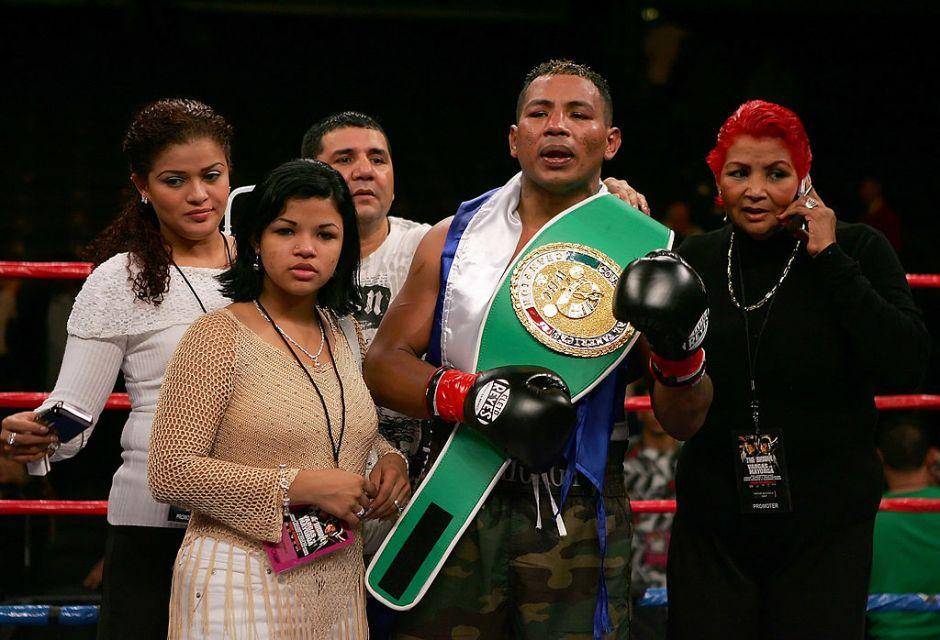 Julio César Chávez y Mauricio Sulaimán ayudan a nicaragüense excampeón del mundo sumido en las drogas